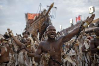 Resultado de imagen para Alusiones a la justicia, la corrupción y las minorías dominaron la primera noche del carnaval de Río