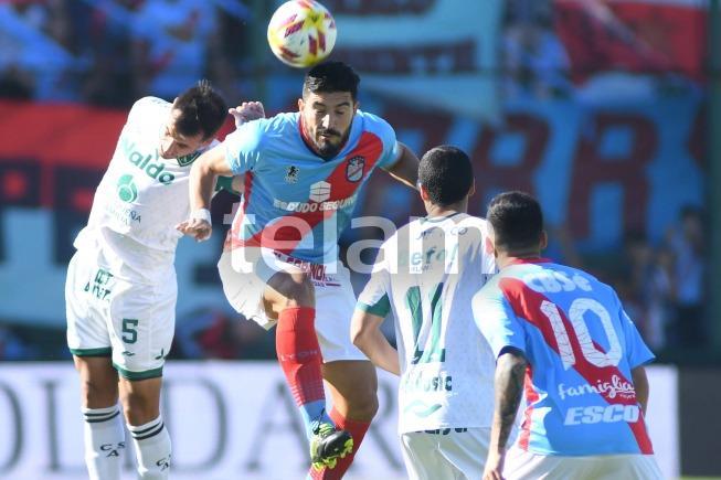 Sarmiento de Junín y Arsenal juegan desde las 15.07 en la cancha de Banfield por el ascenso a la Superliga Argentina de Fútbol, con arbitraje de Néstor Pitana.